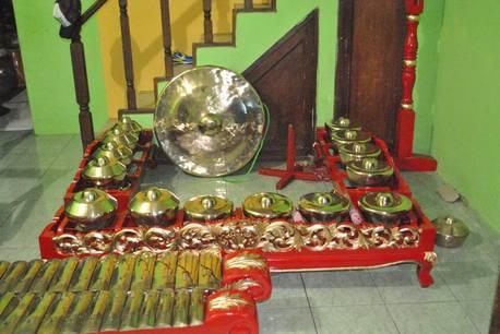 From left to right: Panerus, Bonang, Goong. Photo by Teguh Permana